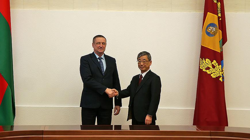 Леонид Заяц и Хироки Токунага. Фото Могилевского облисполкома