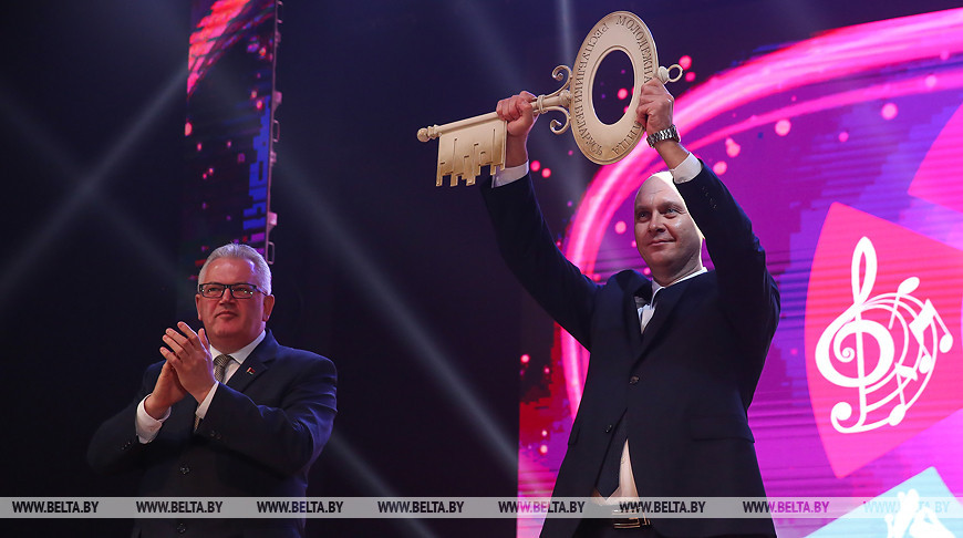 Министр образования Игорь Карпенко передал символ молодежной столицы председателю Пинского горисполкома Ивану Ребковцу