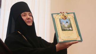 Игуменья Гавриила со своей книгой