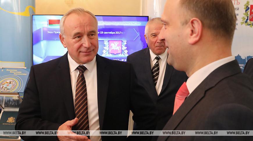 Николай Шерстнев во время посещения выставки промышленных предприятий и учебных заведений области