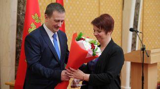 Александр Турчин награждает Екатерину Грушу из Клецкого района