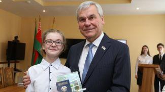 Владимир Андрейченко вручает паспорт Дарье Асаенок