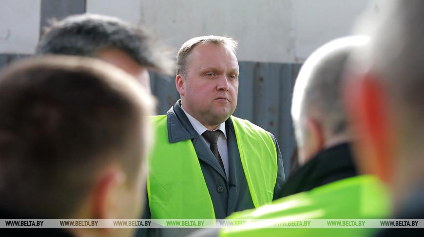 Александр Терехов во время посещения предприятия
