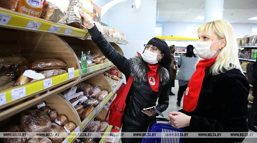 """Работники медико-социальной службы Красного Креста """"Дапамога"""" во время покупки продуктов"""