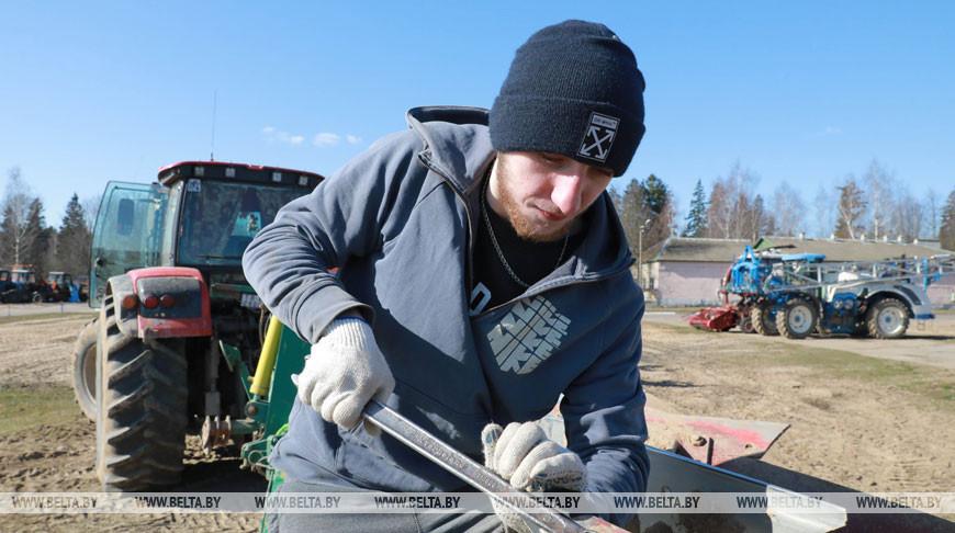 Студент Илья Савич во время проведения ремонтных работ