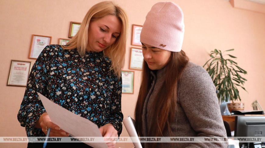 Работники соцслужбы во время обработки заявок