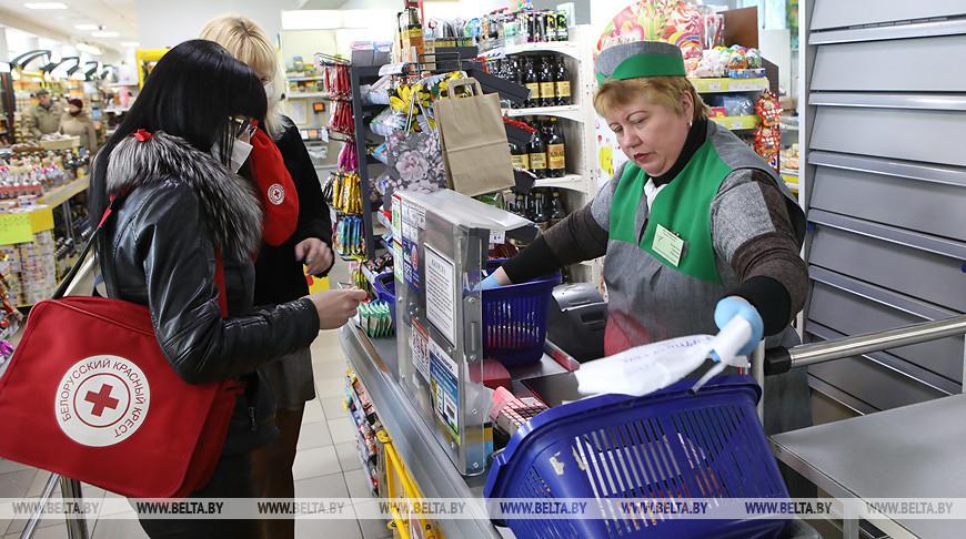 """Работники медико-социальной службы Красного Креста """"Дапамога"""" во время покупки продуктов. Фото из архива"""