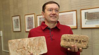 Алексей Чистяков со своей коллекцией кирпичей