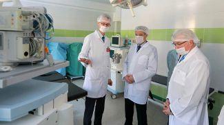 Леонид Заяц во время посещения областной детской больницы