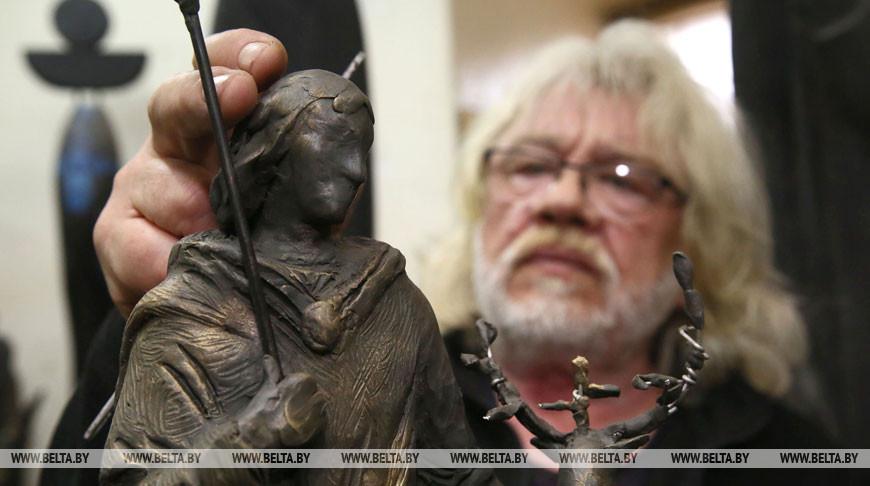 Владимир Пантелеев во время работы над мягкой моделью скульптуры