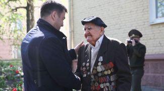 Зампредседателя Гродненского облисполкома Виктор Пранюк и ветеран Великой отечественной войны Семен Подофедов