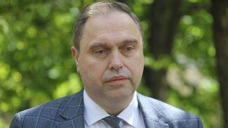 Владимир Караник во время посещения больницы