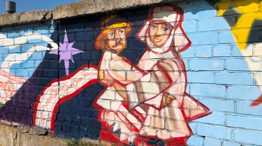 На фасаде гаражного кооператива в столице появилось огромное граффити