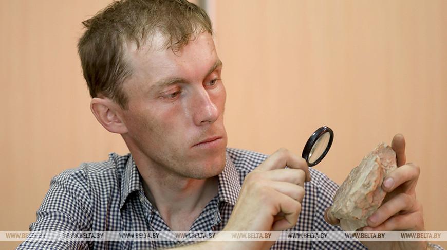 Старший преподаватель кафедры истории и туризма Полоцкого государственного университета Алексей Коц изучает плинфу