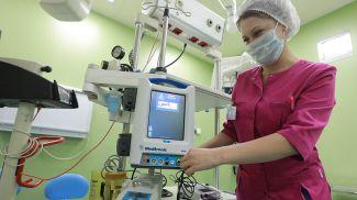 Новую интегрированную хирургическую консоль для отоларингологии настраивает операционная медсестра Аргентина Тямчик