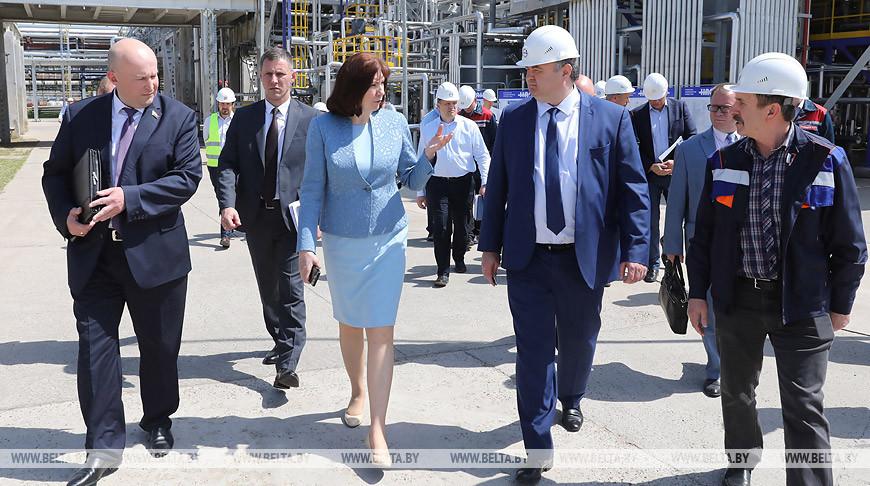 Наталья Кочанова во время посещения предприятия