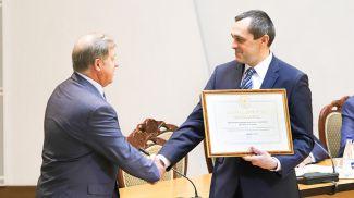 Александр Субботин вручил Анатолию Лису благодарность Президента