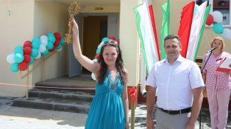 Символический ключ от нового дома вручили представителю собственника жилья Ирине Чикуновой