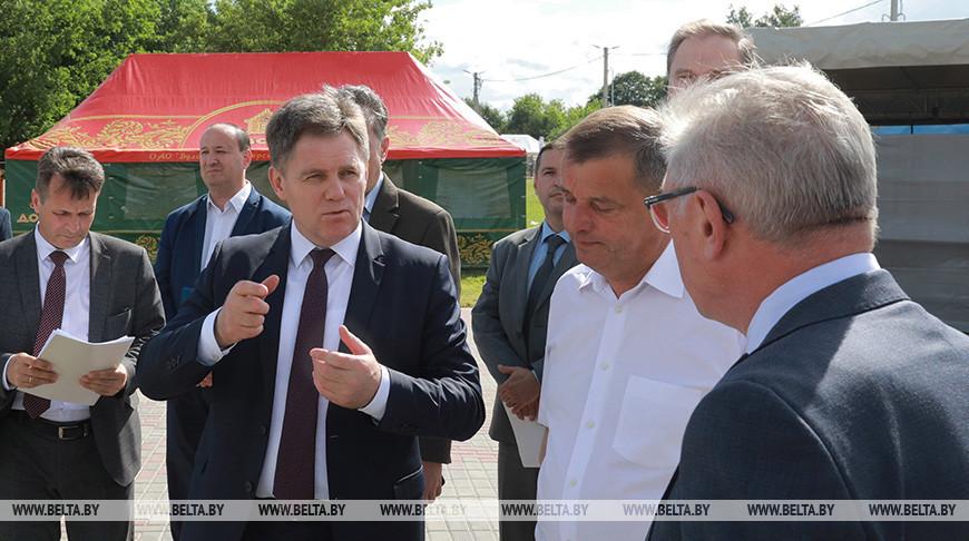 Игорь Петришенко во время посещения главной площадки праздника