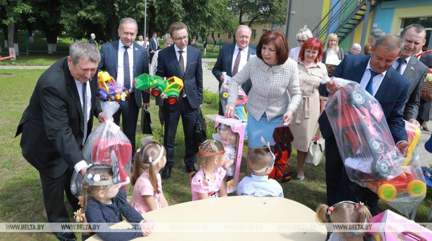 Участники коллегии дарят подарки воспитанникам детского сада в агрогородке Городище