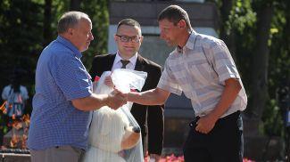 Представители общественных объединений вручают подарки Сергею Змитревичу - отцу первого родившегося в праздничный день юного жителя Гродно