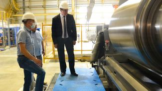 Александр Шумилин во время посещения Миорского металлопрокатного завода. Фото ГКНТ