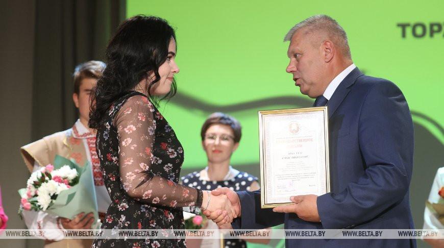 Председатель Гродненского горисполкома Мечислав Гой вручает грамоту Елене Шостко