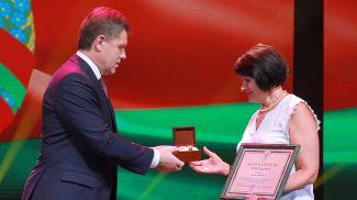 Заместитель премьер-министра Игорь Петришенко вручает Благодарность Президента главному врачу Могилевской детской поликлиники Галине Петровой