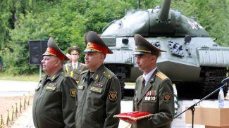 В центре - начальник Генерального штаба ВС генерал-майор Александр Вольфович во время передачи ордена