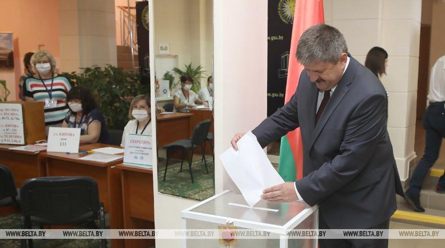 Геннадий Соловей во время голосования