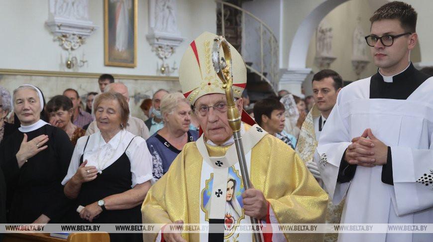 ФОТОФАКТ: Тадеуш Кондрусевич освятил обновленный алтарь Бригитского костела в Гродно