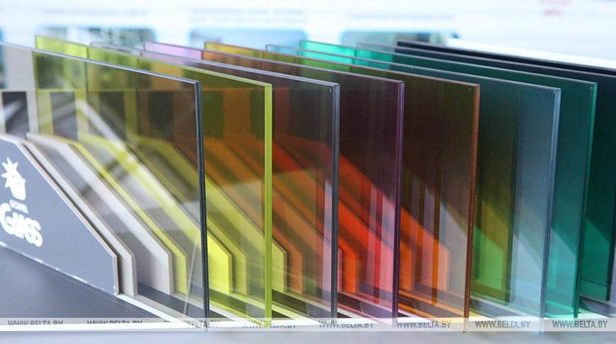 Образцы производимого цветного полированного стекла с покрытием. Фото из архива