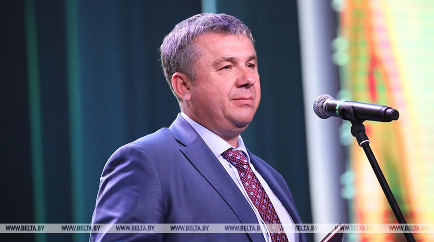 Юрий Шулейко во время поздравления тружеников села