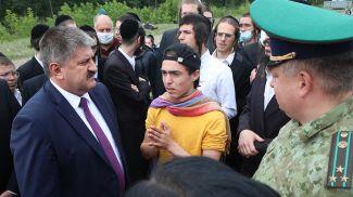 Геннадий Соловей на нейтральной полосе беседует с паломниками. Фото из архива