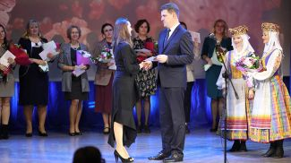 Владимир Кухарев вручает орден Ирине Зыбайло