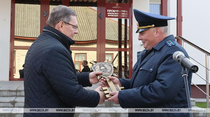 Андрей Швед вручает символический ключ Виталию Жигимонту
