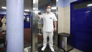 Главный врач 6-й городской клинической больницы Игорь Юркевич демонстрирует работу рамки