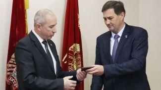 Максим Рыженков вручил служебное удостоверение Юрию Караеву