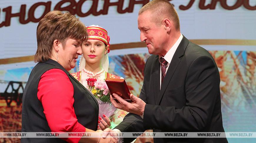 Награду получает животновод Татьяна Лызикова