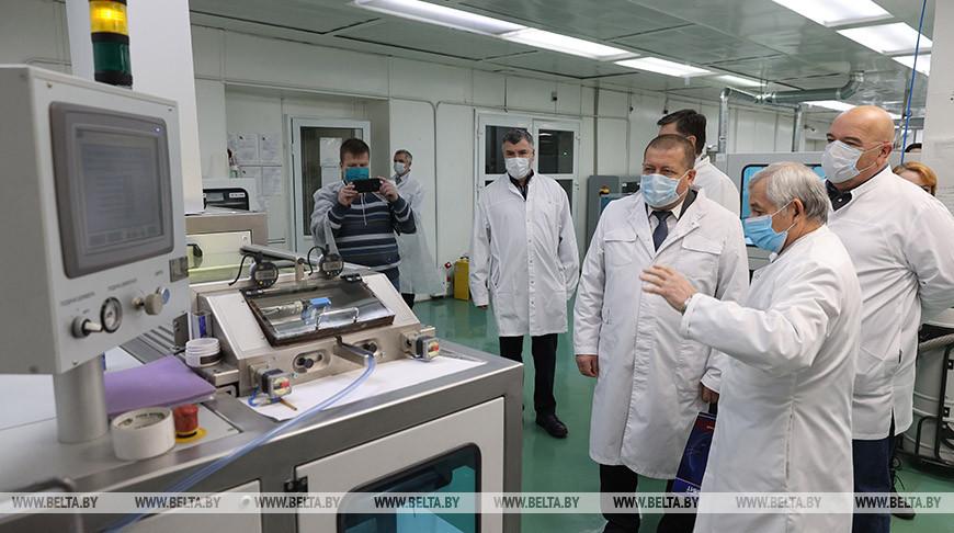 Анатолий Линевич во время посещения предприятия