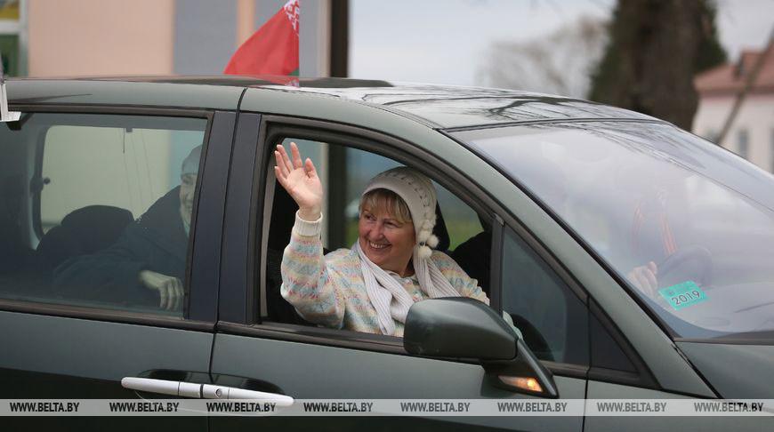 ФОТОФАКТ: Участники автопробега «За единую Беларусь» посетили Жировичи и посадили аллею фруктовых деревьев