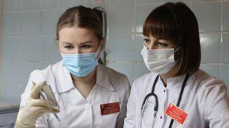 Врач лабораторной диагностики Елена Павленко и Дарья Курганова