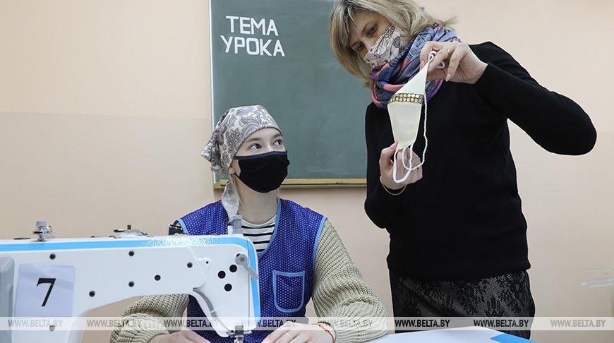 Мастер производственного обучения Татьяна Федосенко с учащейся Натальей Александровой
