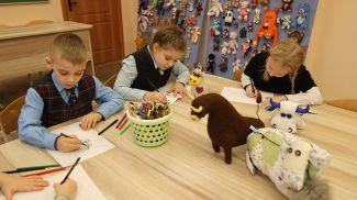 Дети делают новогодние рисунки