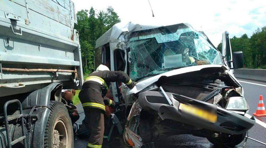 На автодороге М6 микроавтобус Mercedes столкнулся с попутным грузовиком МАЗ.