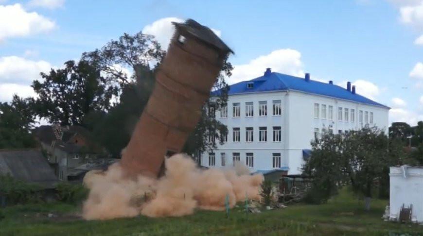 В Пружанах взрывом демонтировали аварийную водонапорную башню
