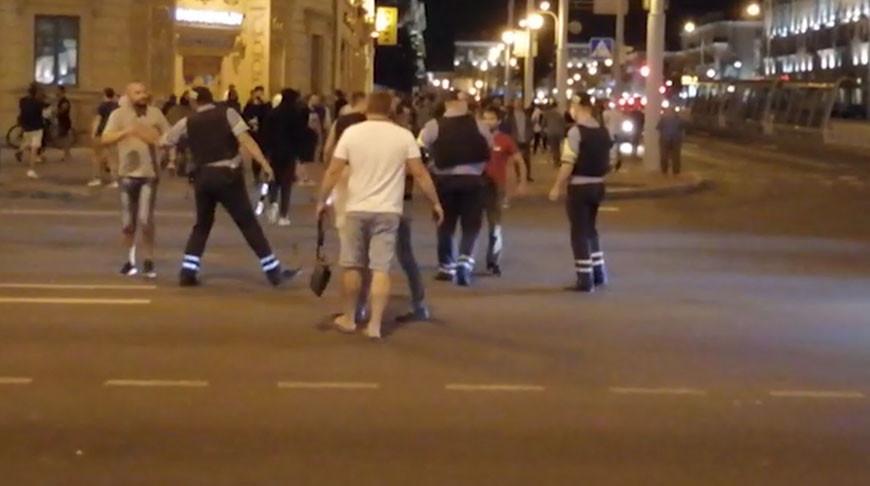 Видео. Сотрудники ГАИ разнимают протестующих
