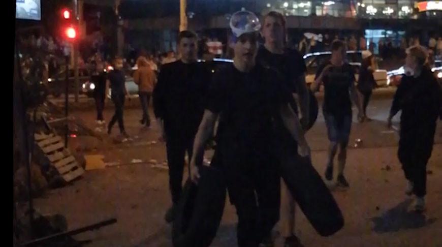 Видео. Протестующие строят баррикады и обсуждают организацию беспорядков