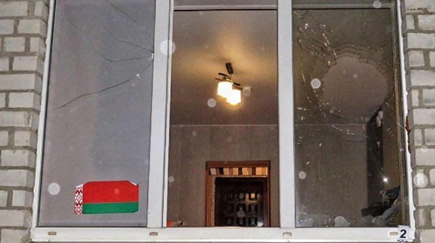 В Лиде неизвестные разбили окно квартиры камнями с оскорбительными записками