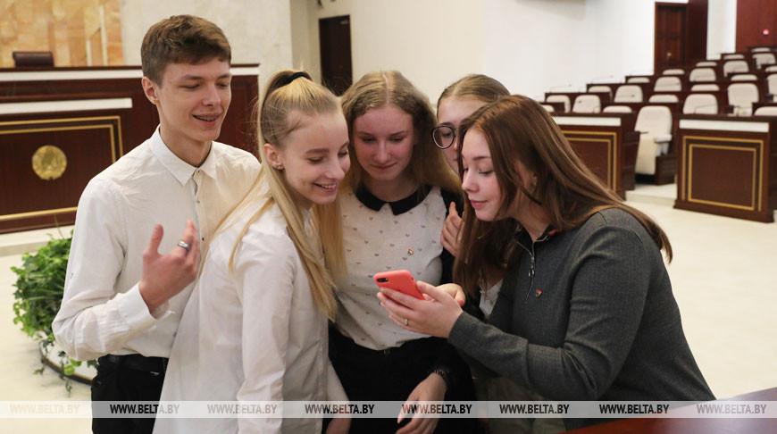 Школьники во время посещения парламента